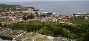 """Santa Cruz von der """"Senhora da Ajuda"""" belvedere angesehen."""